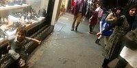 Arap Turist Çocuğunu Taksim'de İple Bağlayarak Gezdirdi