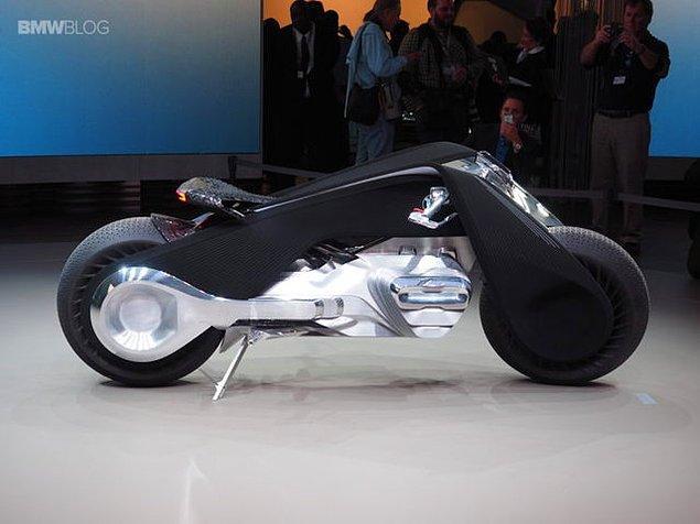 Motosikletin tanımını değiştirecek olan yeni konseptini geçtiğimiz saatlerde Los Angeles'te tanıtan BMW, 1923 yılındaki motosiklet modeli olan R32'nin tasarımından esinlenerek Motorrad Vision Next 100'ü tasarladı.