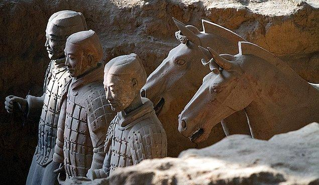 Kazı alanında çoğu hala toprak altında 8000 asker, 520 atıyla birlikte 130 savaş arabası, 150 süvari atı bulunduğu tahmin edilmektedir.