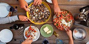 En Güzel Yemeklerin Paylaşınca Olduğunu Kanıtlayan Kuş Bakışı Yemek Masası Hikayesi