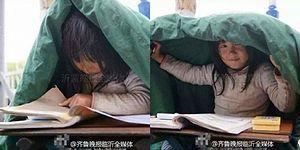 Buz Gibi Soğukta Hem Ödev Yapıp Hem de Babasının Dilenmesine Yardım Eden Çinli Ufaklık