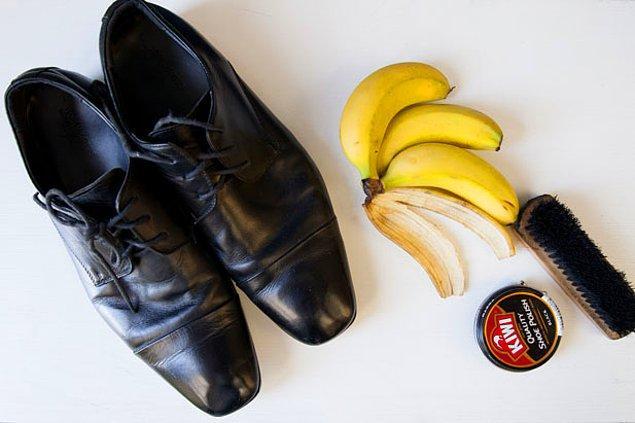 3. Muz kabuğunun üstüne basıp kaymadan, ayakkabılarınızı cilalayın.