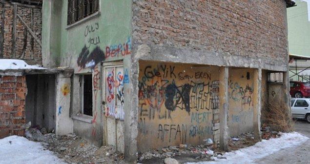 3. Müsvedde kağıdından farkı kalmamış duvarlar.