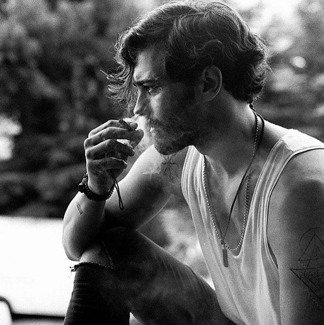 Şu sıralar Çağatay Ulusoy'un başı Instagram'da sigaralı fotoğraf paylaştığı için dertte.