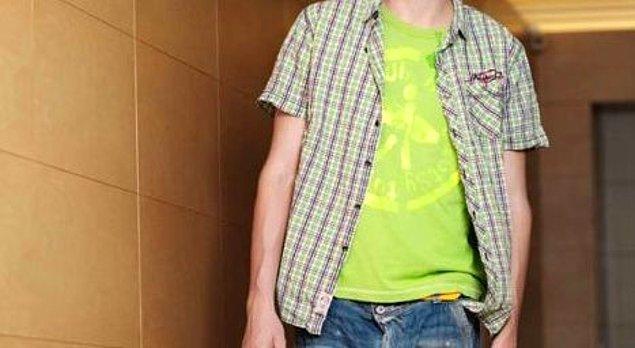 4. Kareli gömleğin içine baskılı tişört giyip önünü açma!