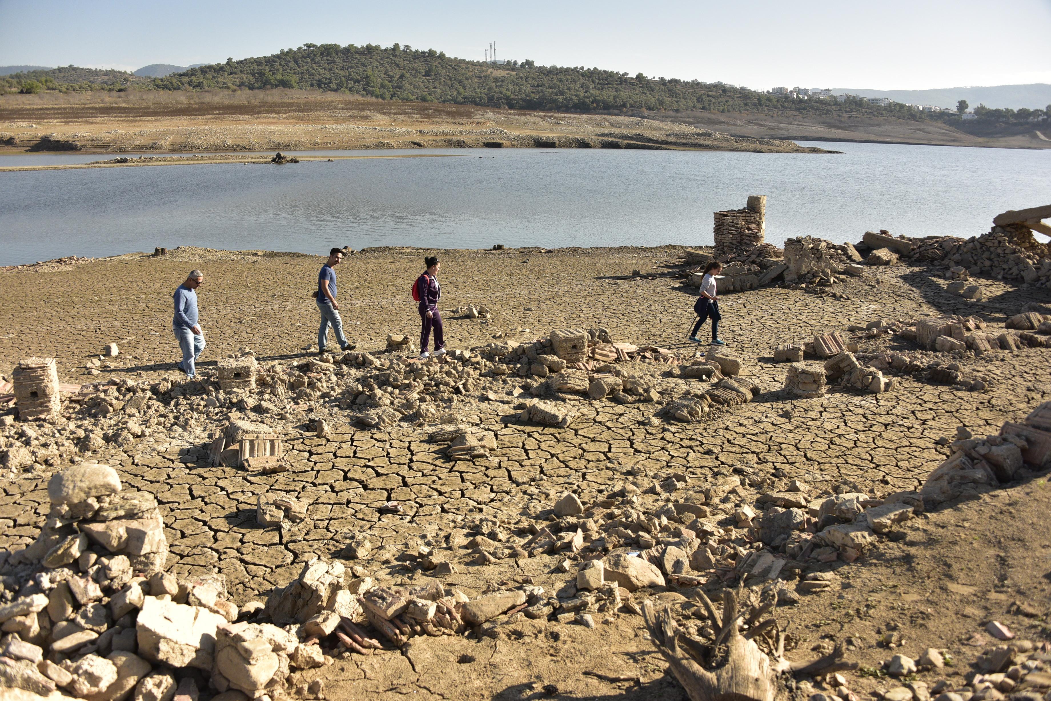 Bodrum'da Sular Çekildi, 3 Asırlık Köy Ortaya Çıktı