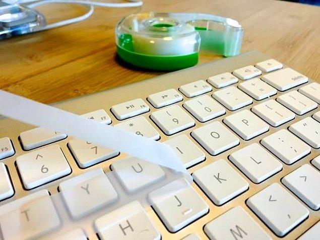 5. Klavyenizi temizlemek için yapışkan bant kullanın.