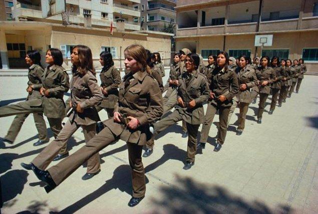 Şam'da 1974 yılında çekilen bu görüntü, standart bir tatbikat sırasındaki kız öğrencileri gösteriyor.