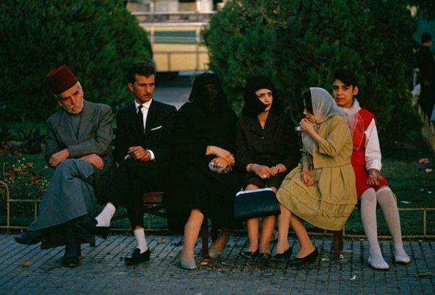 1965 yılında çekilen bu fotoğraf modanın ve dini tarzın Şam'da bir parkta, bir bankta bir araya gelmesini gösteriyor.
