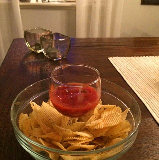 1. Cips ve sos için havalı bir kaseniz yoksa içine şarap bardağını koyuverin.
