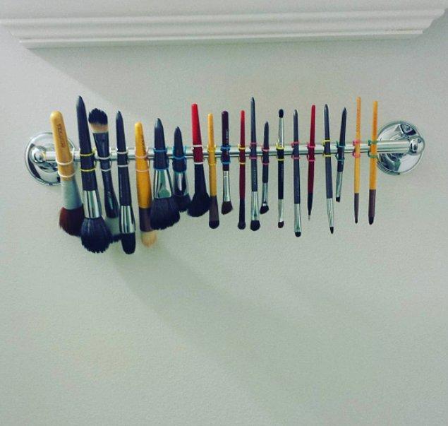 4. Makyaj fırçalarınızı kurutacak yer bulamıyorsanız ince saç tokalarını bu şekilde kullanabilirsiniz.