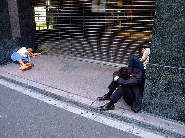 Japonya günlük yaşamın çok hızlı olduğu bir ülke. İnsanların günleri iş ve eğlence etkinlikleriyle dolu. Bu sebeple birçok insan için uyumaya zaman kalmıyor.