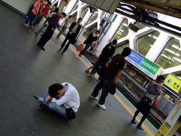 Peki yatakta ve düzenli uyumayı tembellik olarak değerlendiren Japonlar nasıl oluyor da iş ya da başka etkinlikler esnasında uyumayı hoş görebiliyorlar?