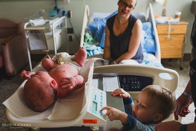 11. Yeni doğan kardeşinin tartılmasına yardım eden bu ufaklık.