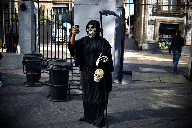 19. 2016 yılını tam anlamıyla özet geçen selfie; Azrail olarak giyinmiş bir adam Mexico City'de 1 Kasım Ölüler Günü'nde selfie çekiyor.