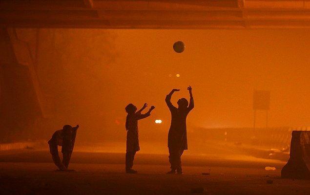 12. Kasım ayında bir gün Yeni Delhi'de hava kalitesi endeksi 999'u buldu. Üst limitin 500 olduğu bu ölçüme göre o gün dünyanın en kirli şehri Yeni Delhi'ydi.