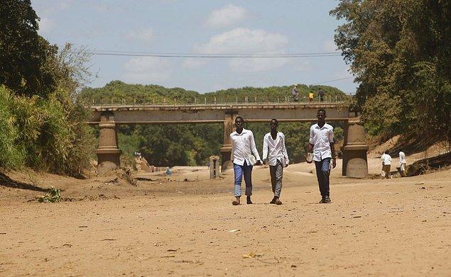 21. Somali'de halk Shabelle Nehri'ne su ve yiyecek için muhtaç ama bu yıl yaşanan kuraklık nehri tamamen kuruttu.