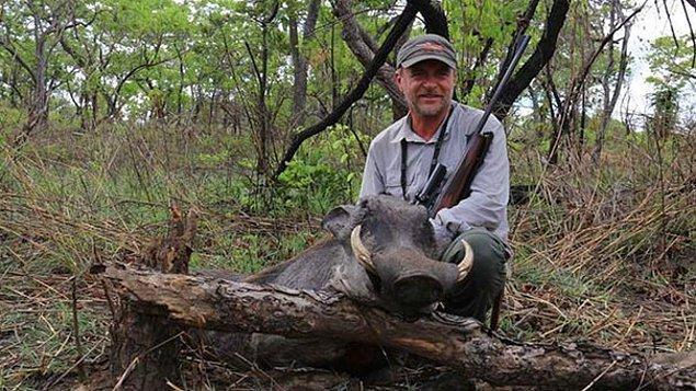 """Geçtiğimiz yıl boyunca bunlar yaşanırken, Luciano Ponzetto kendini """"bir veteriner olmanın gerek ahlaki gerekse profesyonel olarak avlanmak ile bağdaşmayan bir şey olmadığını"""" söyleyerek savunmuştu."""