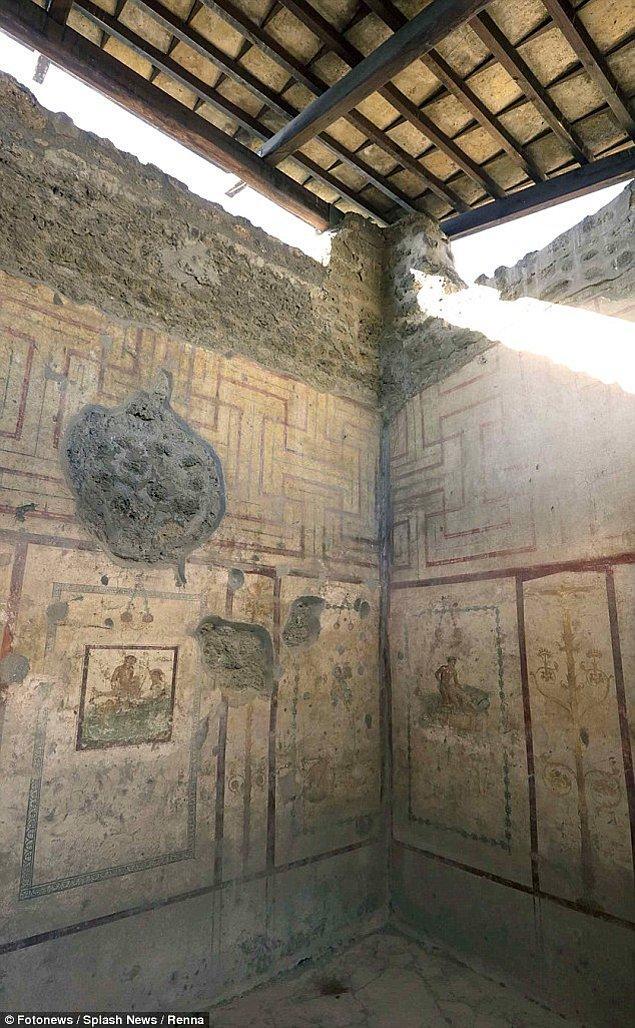 Bina, Pompeii'nin en eski semtinde yer alıyor. Genelevin iki yan caddesi bir zamanlar tavernalar ve hanlarla doluydu.