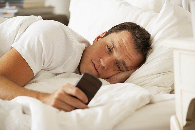4. Her 5 kişiden 4'ü, uyandıktan sonraki 15 dakika içinde telefonunu kontrol ediyor.