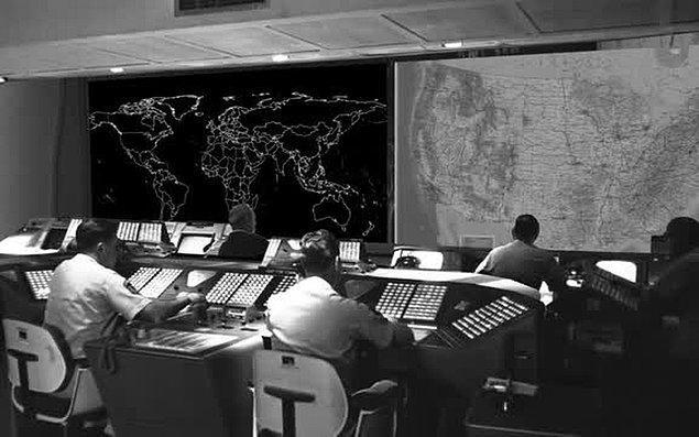 Kuzey Amerika Hava Savunma Komutanlığı'nda (NORAD) çalışan bilgisayar programcıları, yanlışlıkla bir Sovyet atağını simüle etti.