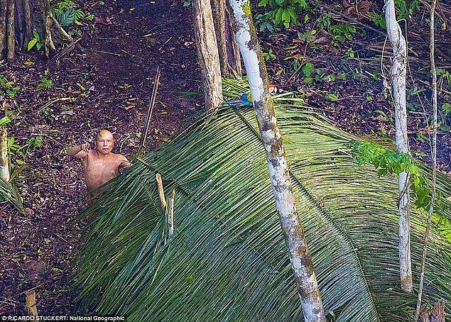 Oldukça nadir gerçekleşebilecek bu ilk karşılaşma sırasında çekilen bütün fotoğraflarda yerlilerin ne kadar şaşkın ve ürkmüş olduğu açıkça gözlemleniyor.