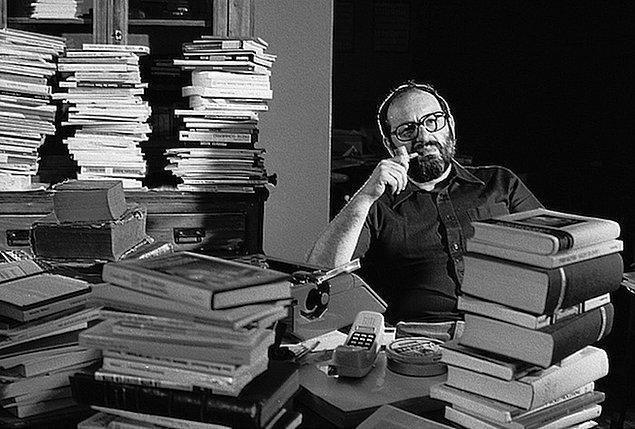8. Umberto Eco'nun Foucault's Pendulum romanını film yapmak istedi fakat Eco'nun senaryoya katılmasına izin vermedi.