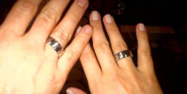 Yüzükleri takan çiftlerin hemen yapması gereken iki tane görevi vardır: 1- Aile büyüklerinin elini öpmek 2- Instagram'a fotoğraf koymak. Bundan kimse kaçamaz!
