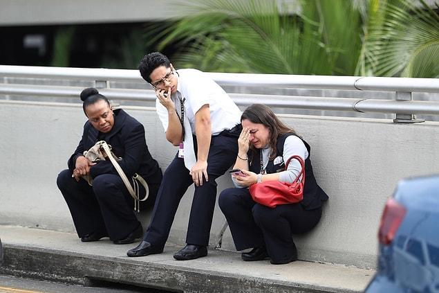 Fort Lauderdale Havaalanı'nda bagaj teslim alanında yaşanan silahlı saldırı sonrasında insanlar sığınabildikleri ilk yere kaçtılar.