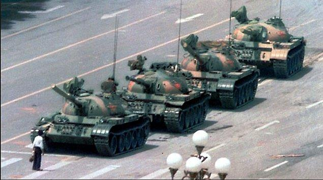 13. Pek çok 1989 yılında Tiananmen Meydanı'nda çekilen bu ünlü karenin ardından tankların adamı ezdiğini hatırlıyor olsa da aslında öyle bir şey olmuyor.