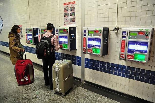 Vapur iskelesinde veya metroda turnikelerden birinin üstüne karta ataçlanmış bir jeton bırakabilirsiniz.
