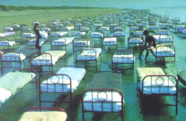 Güney İngiltere sahillerine iki tırla taşınan 700 adet yastık yorgan kaplı yatak, otuz yardımcı sayesinde tek tek yerleştirilir.