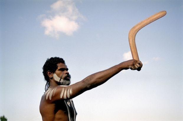 Как австралийцы пользуются бумерангом на охоте, чтобы поражать жертву из-за прикрытия