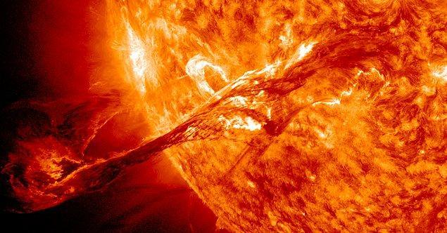 Tabii bu devasa manyetik patlama, gökyüzündeki inanılmaz görsel şovun yanında kötü etkilere de sahip.