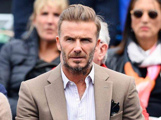 """Beckham'a, kraliyetten insanların bulunduğu cemiyetlere """"Sir"""" unvanı alabilmek için büyük bağışlar yapması tavsiye ediliyor. Beckham ise, Birleşik Krallık Hükümeti hakkında """"Değerbilmezler"""" ifadesini kullanıyor."""