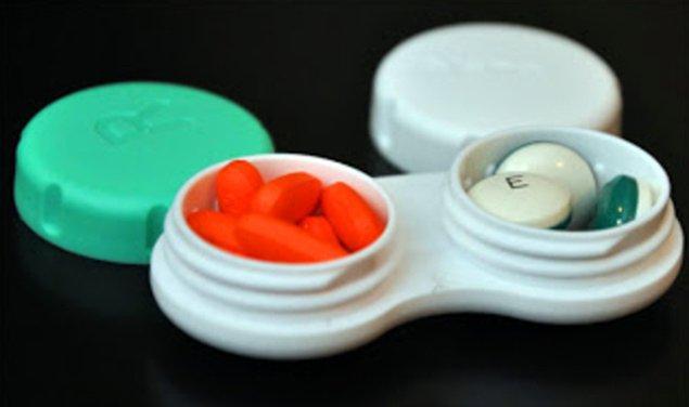 3. Seyahat edeceğiniz zaman ilaçlarınızı lens kutusuna koyun.