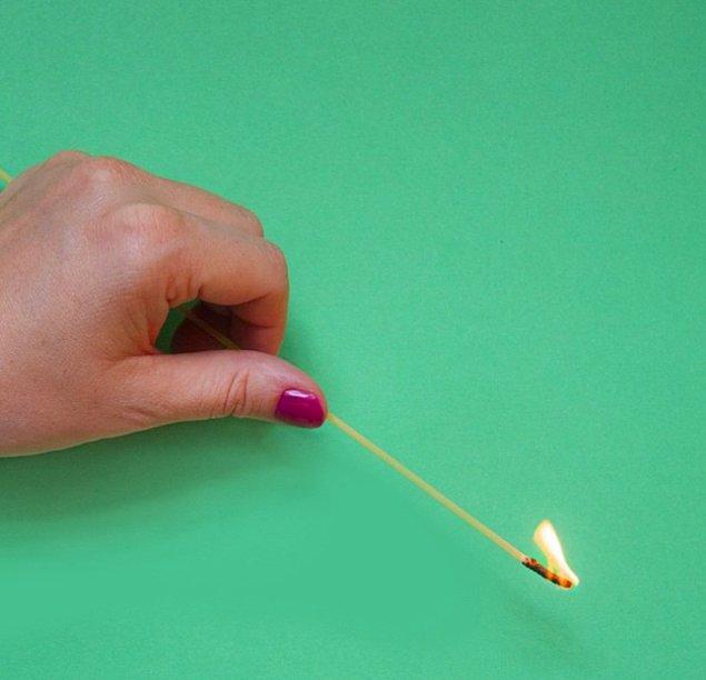 6. Fitili kısa olan mumları yakmak için çiğ spagetti kullanın.