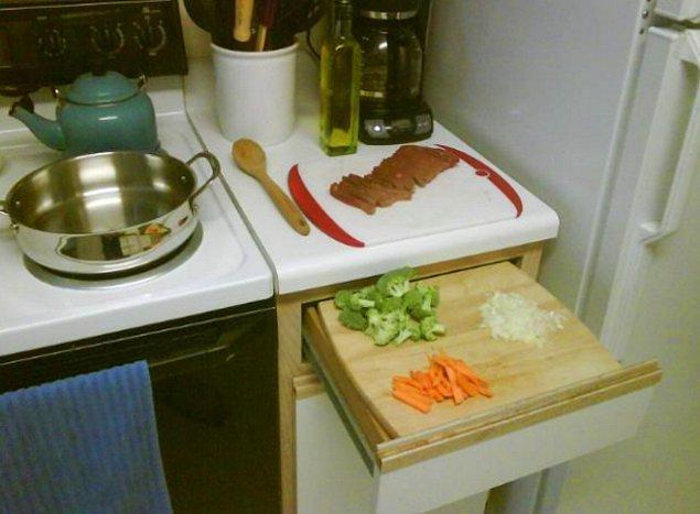 17. Mutfakta yeteri kadar yeriniz yoksa çekmecelerden birini açıp üzerine kesme tahtası koyun.