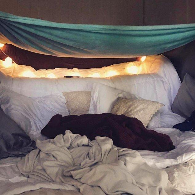 14. Bir cuma akşamınızı battaniyenizle ve sizi rahatlatacak bir şeyler yaparak geçirin.