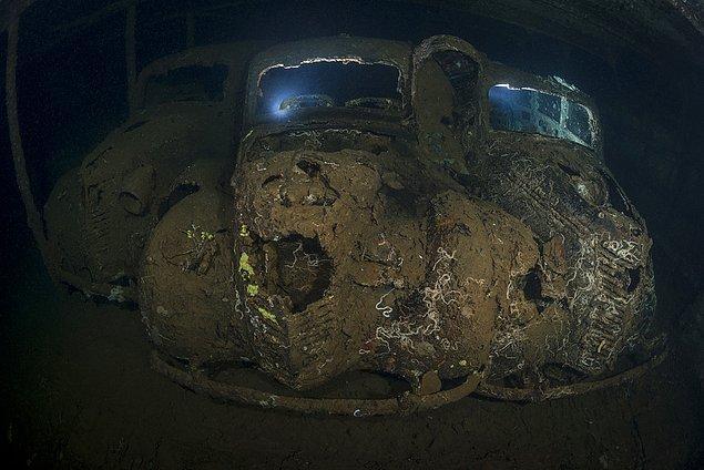 21. Üç otomobil enkazı.