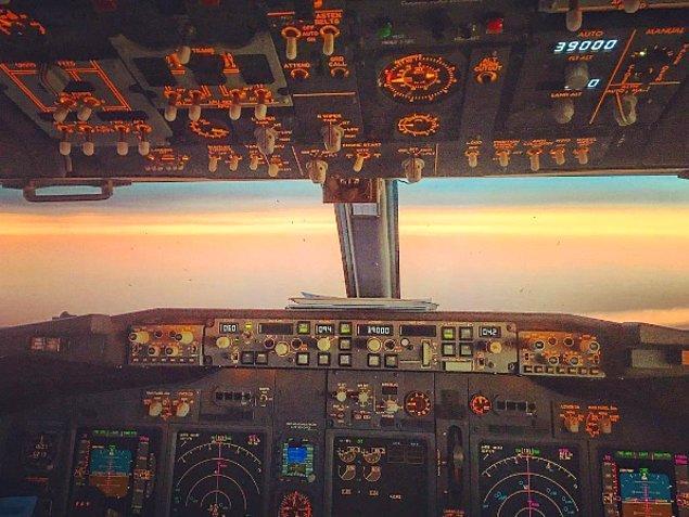 Onun dikkatleri bu denli çekmesinin nedeni uçuş yaptığı ülkelerden harika fotoğraflar paylaşması.