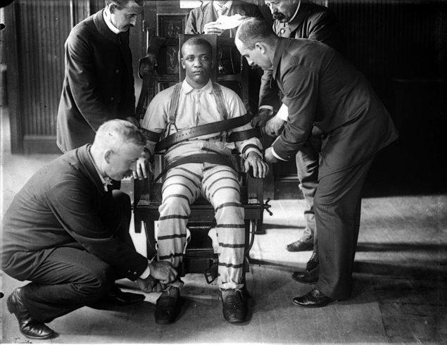 5. İnfazların yapıldığı elektrikli sandalyenin tasarımı yapılırken New York'taki Sing Sing hapishanesindeki gerçeğinden yararlanıldı.