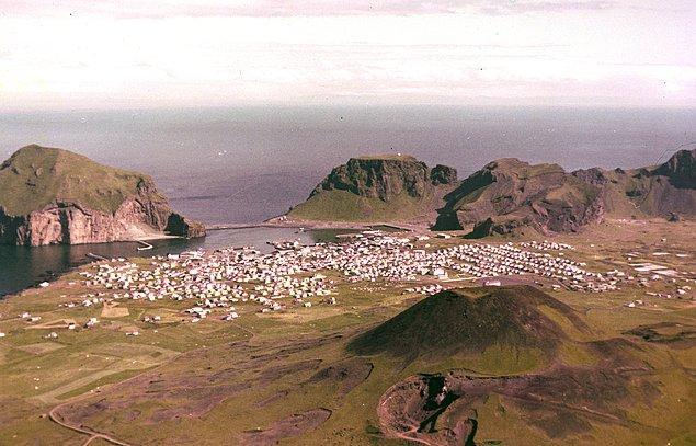 3. Volkanik dağ püskürmeden bir yıl kadar önce 1972 yılında, fotoğraftan da gördüğünüz üzere adada her şey yolunda görünüyor.