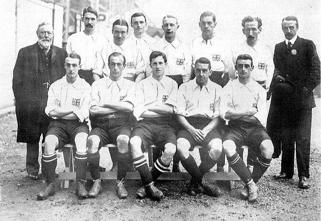 1908 Londra Olimpiyat Oyunları'yla birlikte futbol ilk kez olimpiyat oyunlarında yer aldı.