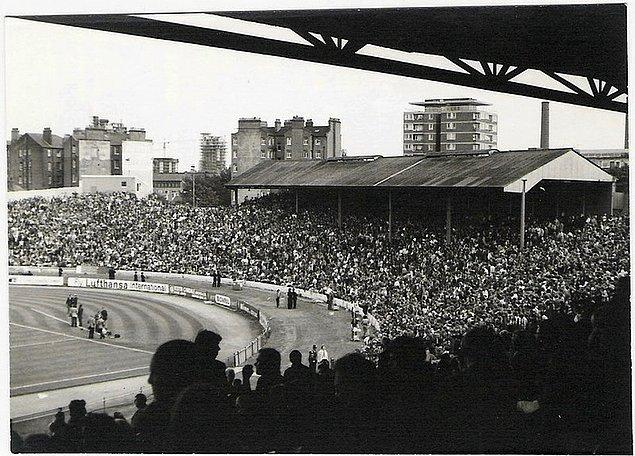 İnşa edilen ilk stat 28 Nisan 1877'de açılan Stamford Bridge'tir. 1905 yılında kurulan Chelsea'nin stadıdır.