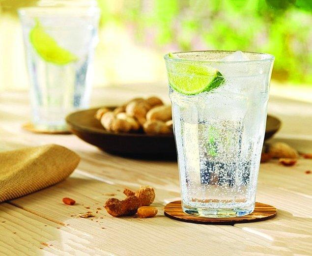 10. Bir şey içmek istersiniz uzun uzun da hemen bitiverir ya, durmadan yenisini doldurursunuz sonra. Fotoğraftaki gibi bardaklardan almak lazım o yüzden. Bundan ne içersen iç, bitmez bir türlü.😂