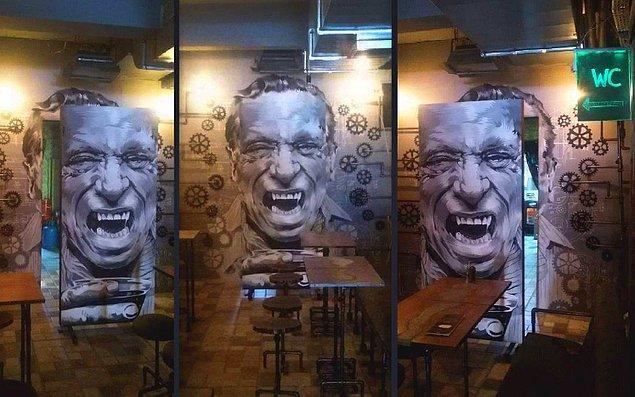Ardından gelen bir teklif ile bir pub'ın kapı genişliğinde boşluk açılmış duvarına, o duvarı panel ile tamamlayan üç boyutlu bir resim yaptılar.