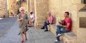 Sokak Müzisyeninin Şarkısına Dans Ederek Eşlik Eden Teyzeden Dünyayı 1 Dakikalığına Güzelleştiren Performans