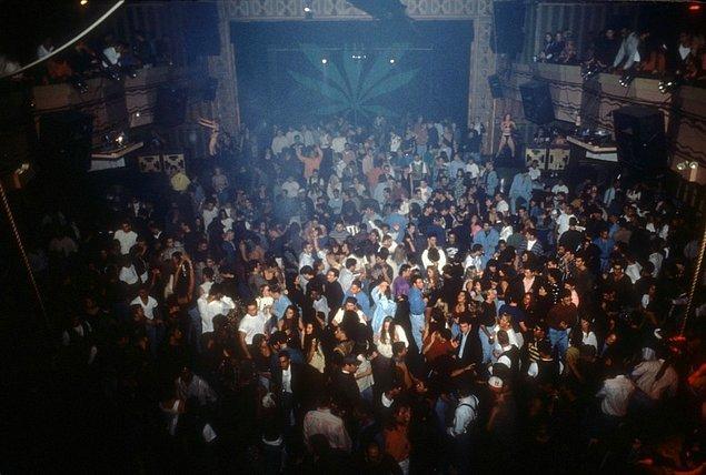 16. Yeni yıl partisine katılan insanlar, 1993.