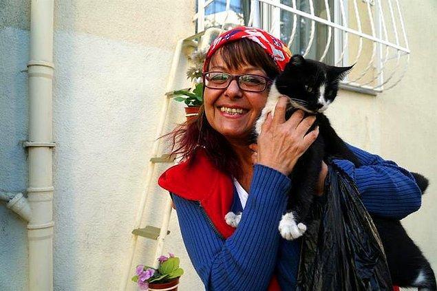 Tekirdağ'da diş hekimliği yapan kadın soğukta can çekişen kedicikleri gördüğünde bu fikirle çıkageldi ve evini kışın kedilere adeta bir sığınak yaptı.